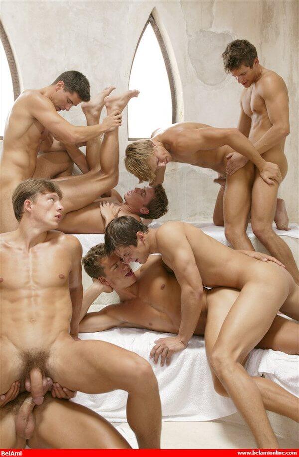 12 potes gays baisent au sauna