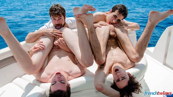 4 jeunes gays touze en mer